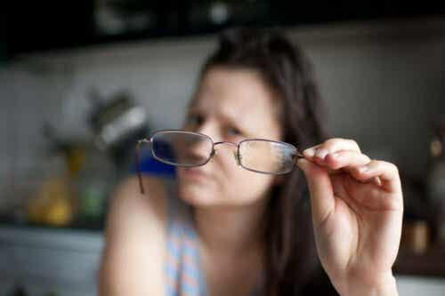 Vrouw probeert door een bril te kijken