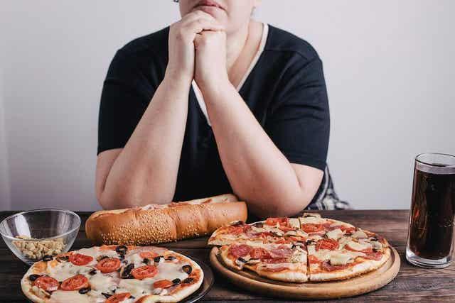 Vrouw met veel eten