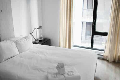Slaapkamer met een wit bed