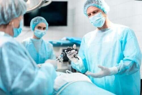 Het doel en de implicaties van een laryngectomie