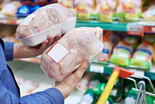 Twee verpakte kippen in de supermarkt
