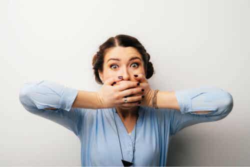 Een vrouw houdt haar handen voor haar mond