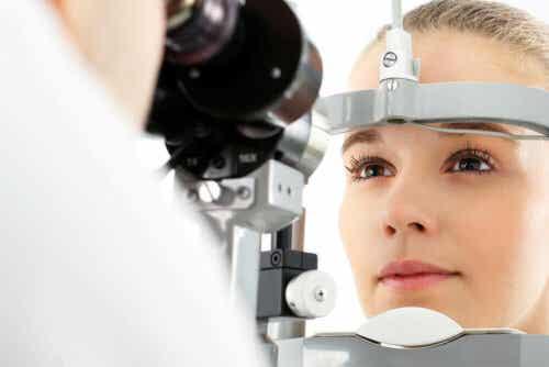 Een vrouw ondergaat een oogtest