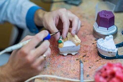 Een orthodontist maakt een brug voor een gebit