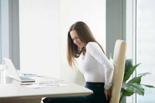 Een vrouw heeft pijn aan haar onderrug