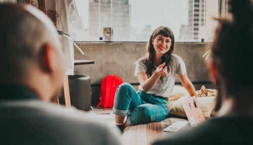 Een vrouw praat met een groep mensen