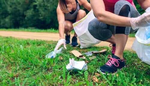 Ploggers ruimen afval op