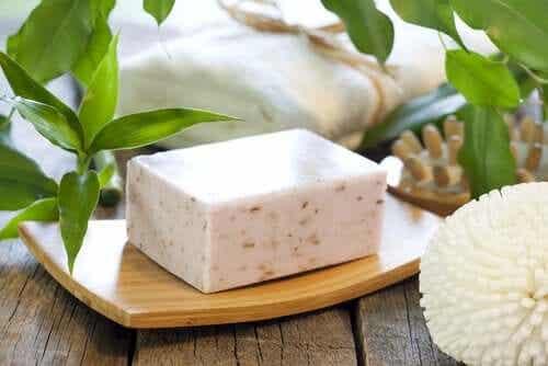 De zeep is meestal wit of beige