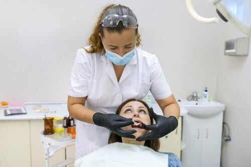 Een tandarts met een patiënt