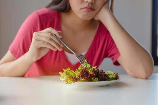 Vrouw heeft honger na alleen een kleine salada