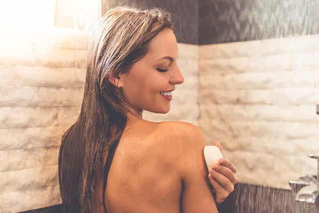 Gebruik neutrale zeep onder de douche