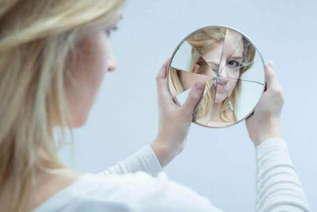 Vrouw is niet blij wat ze in de spiegel ziet