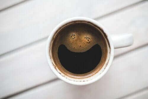 Hoe beïnvloedt cafeïne de hersenen?