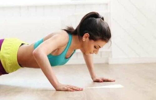 Een vrouw doet push-ups