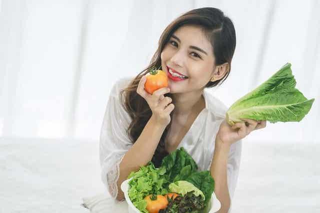 Vrouw eet gezonde voeding