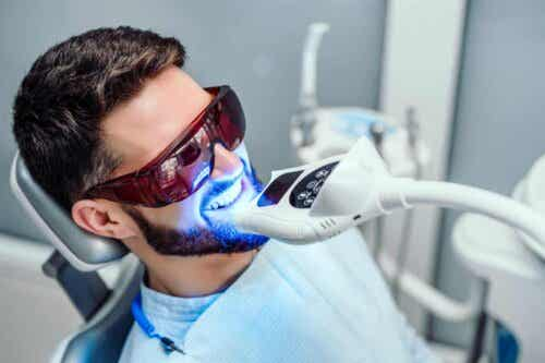 Man met een apparaat dat tanden bleekt