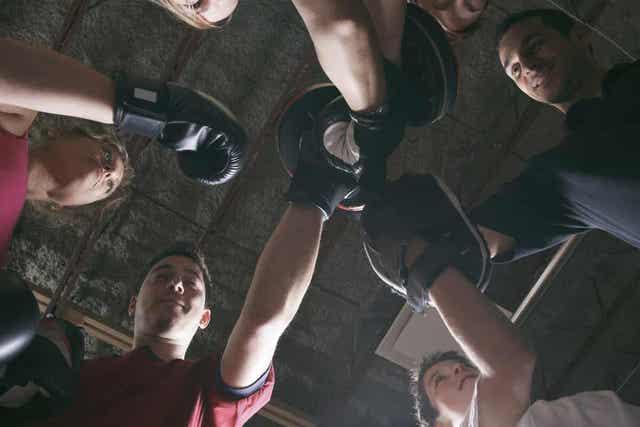 Groepje mensen die gaan fitboksen