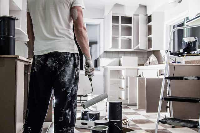Man is een keuken aan het schilderen