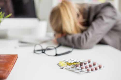 Een vrouw ligt met haar hoofd op de tafel