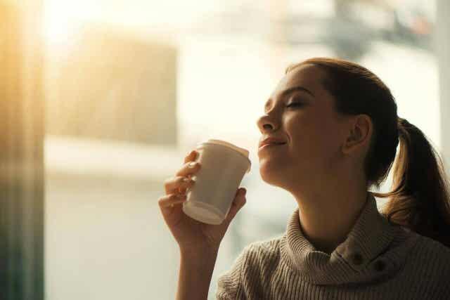 Vrouw met een bekertje koffie
