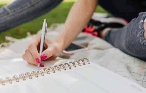 Vrouw met een schrift en pen