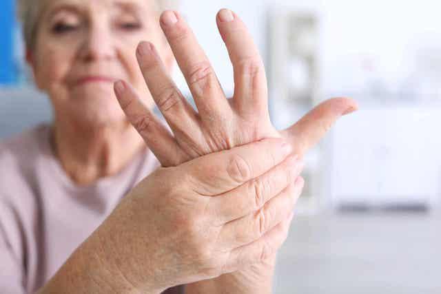 Vrouw met een pijnlijke hand