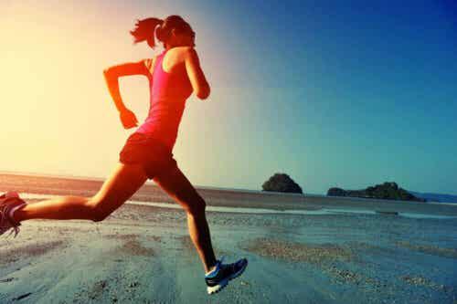 Een vrouw loop hard op het strand
