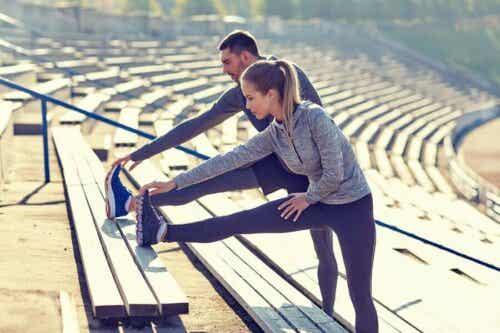 Een vrouw en een man doen strekoefeningen
