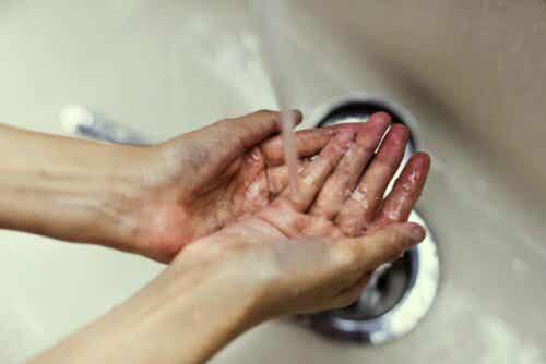 Iemand wast zijn handen onder de kraan