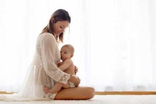Een vrouw houdt een baby op haar schoot
