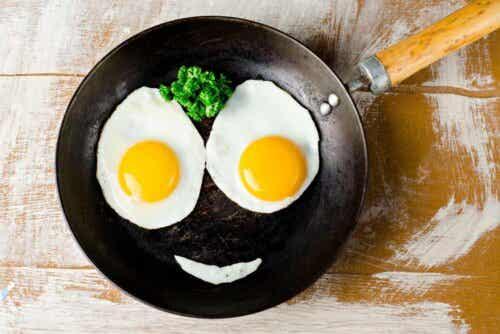 Twee gebakken eieren in een pan