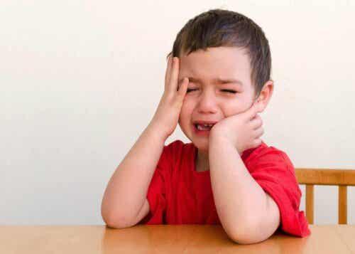 Een jongetje dat huilt