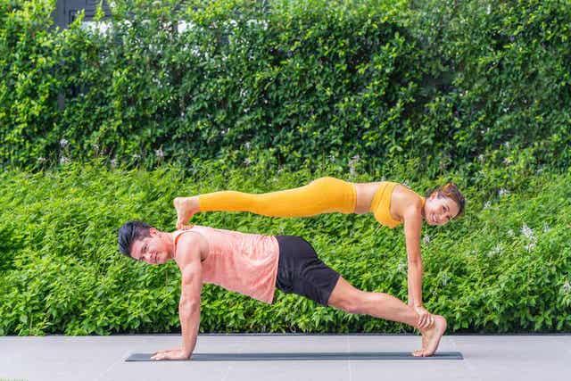 Koppel doet aan acrogymnastiek