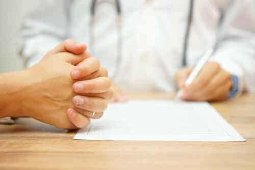 Een arts schrijft iets op een vel papier