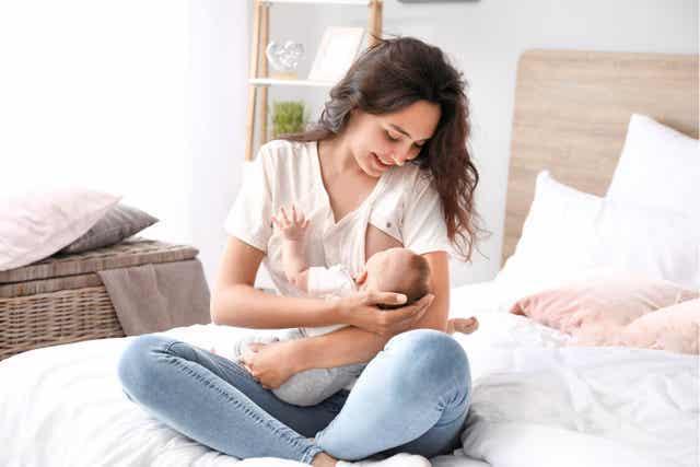 Door borstvoeding kan een vrouw last hebben van gebarsten tepels