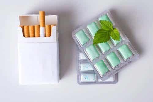 Een pakje sigaretten met geneesmiddelen ernaast