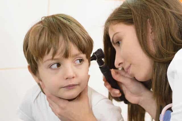 Jongen krijgt ooronderzoek