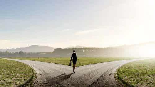 Een vrouw op een kruispunt