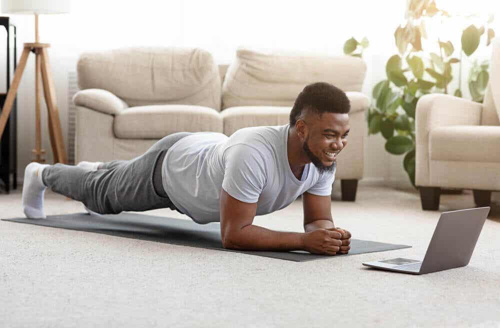 Man gebruikt online video om te trainen