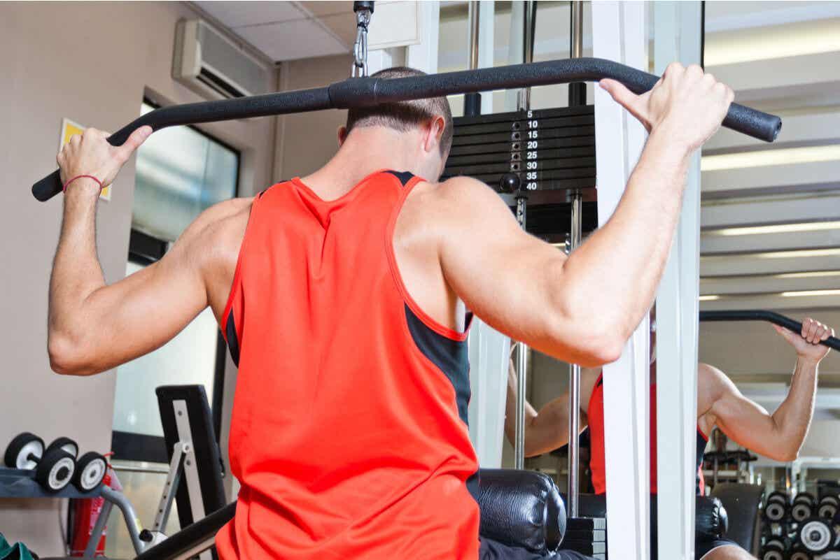 Man traint op de sportschool