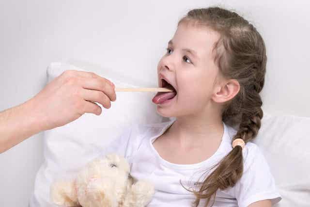 Meisje krijgt een keelonderzoek
