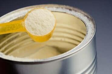 Studies tonen aan dat flesvoeding veel suiker bevat