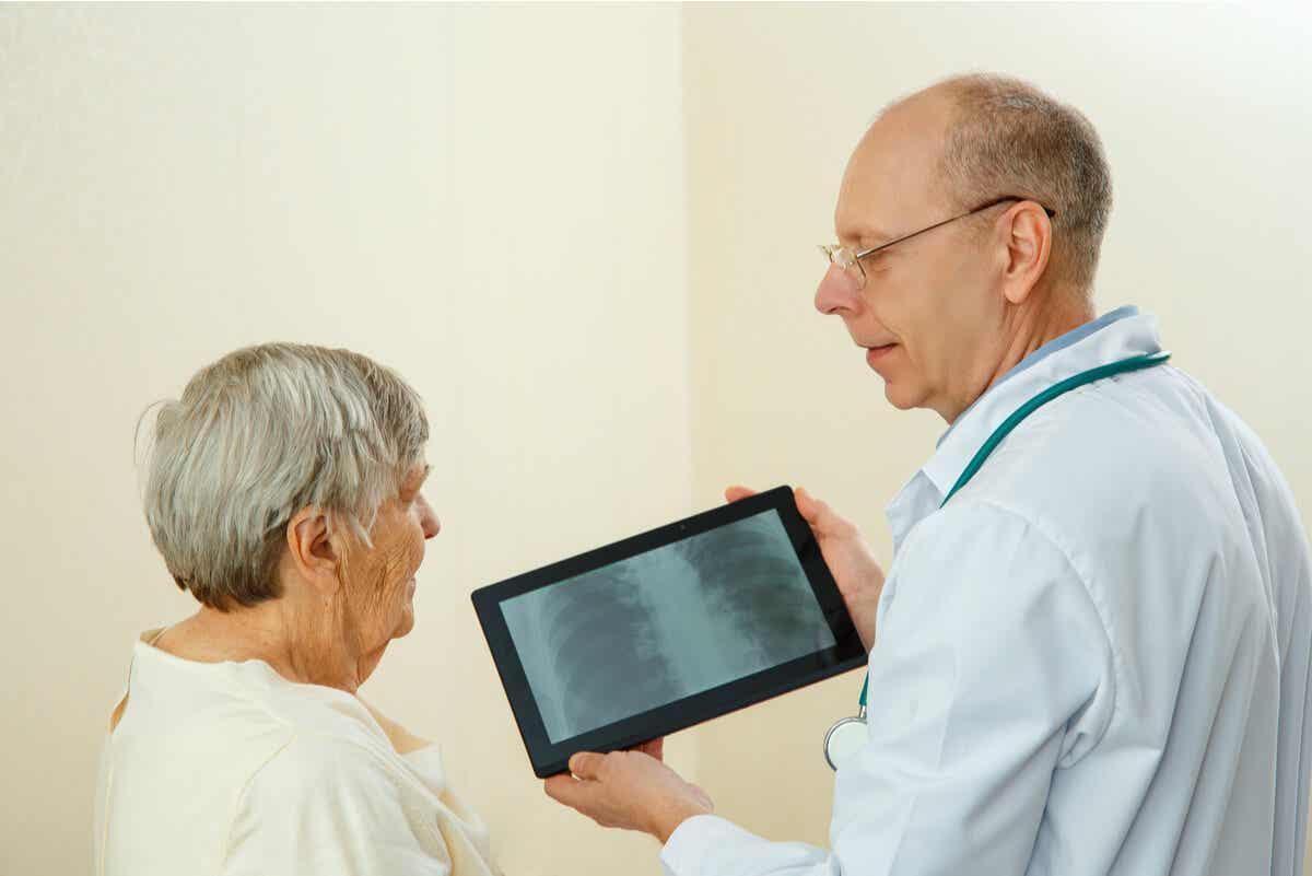 Arts bespreekt een scan