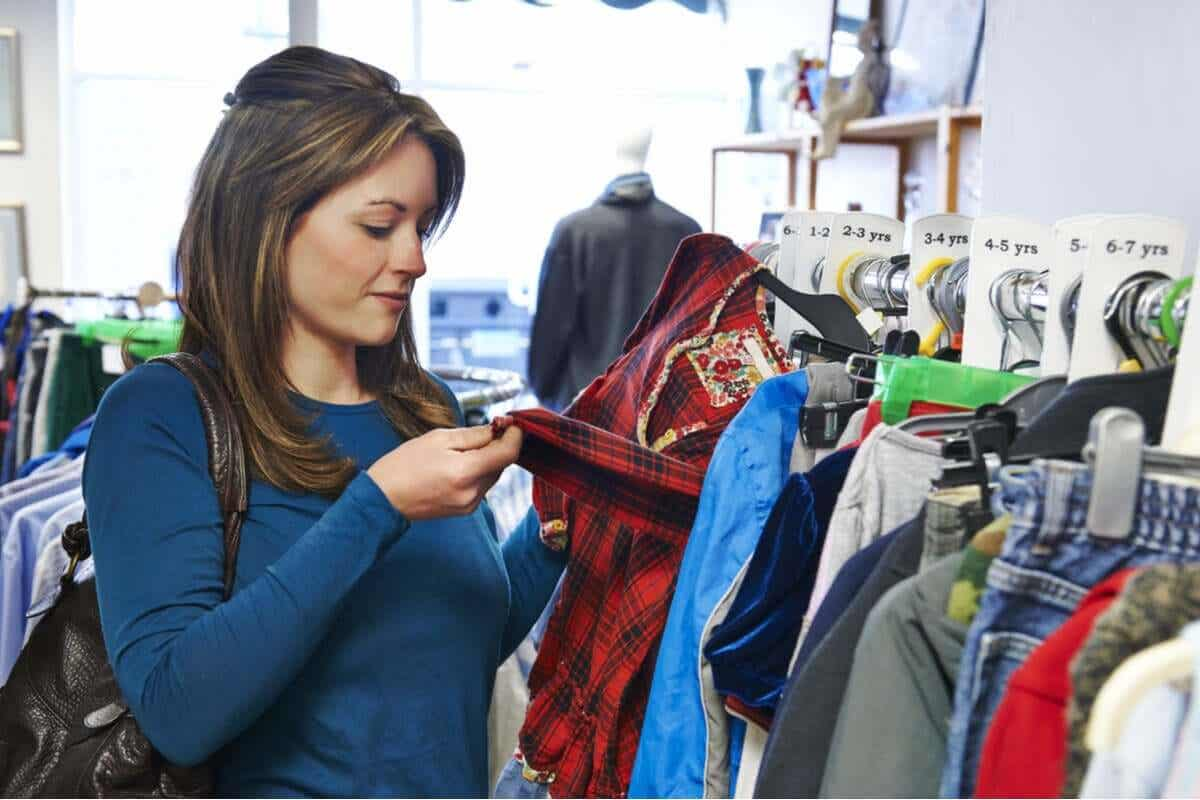 Vrouw bekijkt een kledingstuk