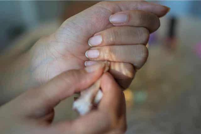 Vrouw haalt lijm van haar handen