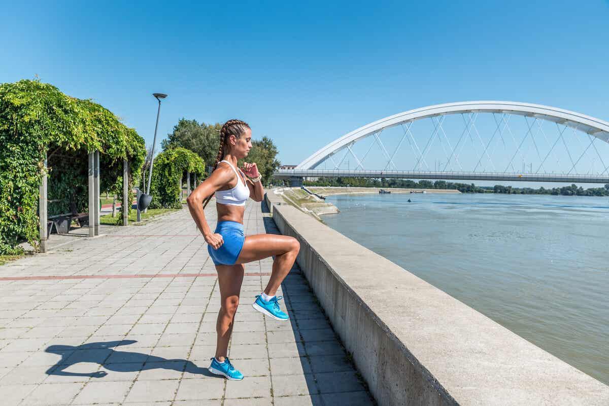 Vrouw traint haar benen