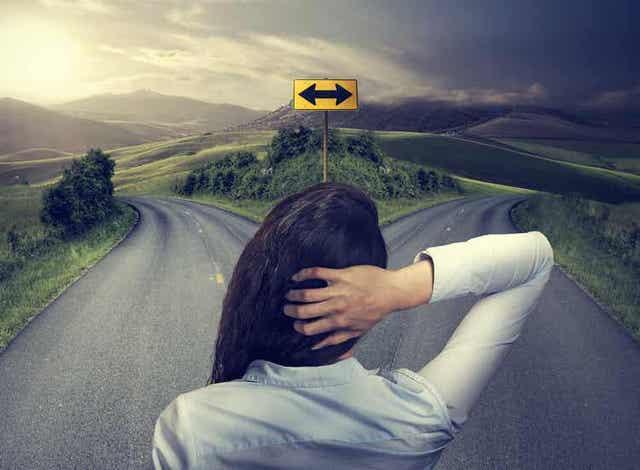 Vrouw staat voor een splitsing