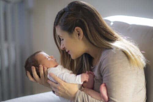 Hoe het gezichtsvermogen van een baby te stimuleren