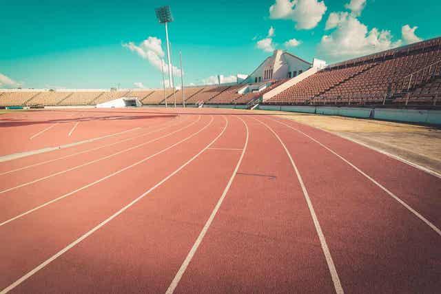 Atletiekbaan met zitplaatsen voor publiek