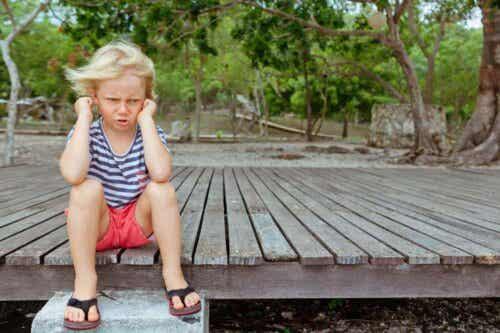 Kind zit boos op de grond